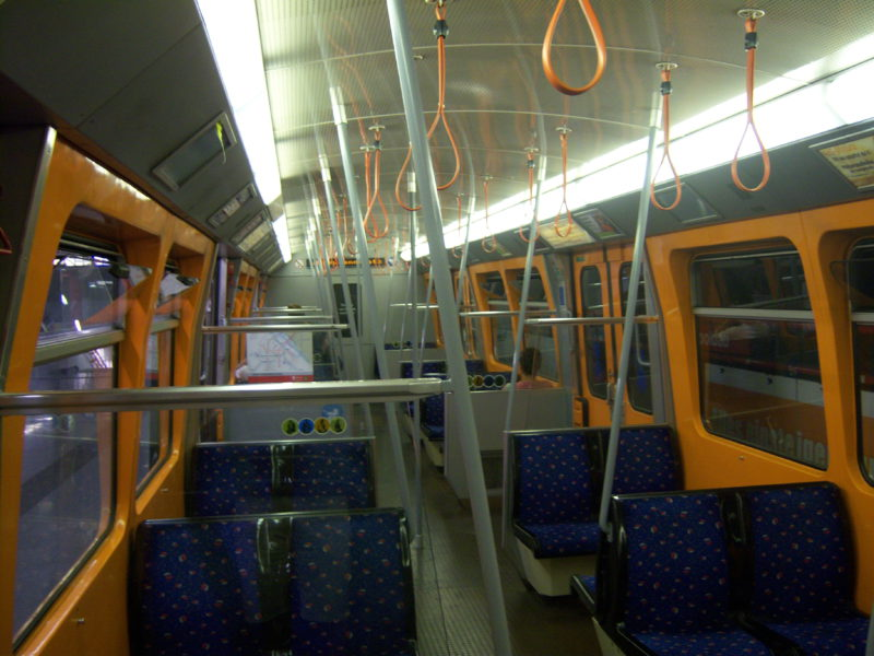 Interiér vozu vídeňského metra