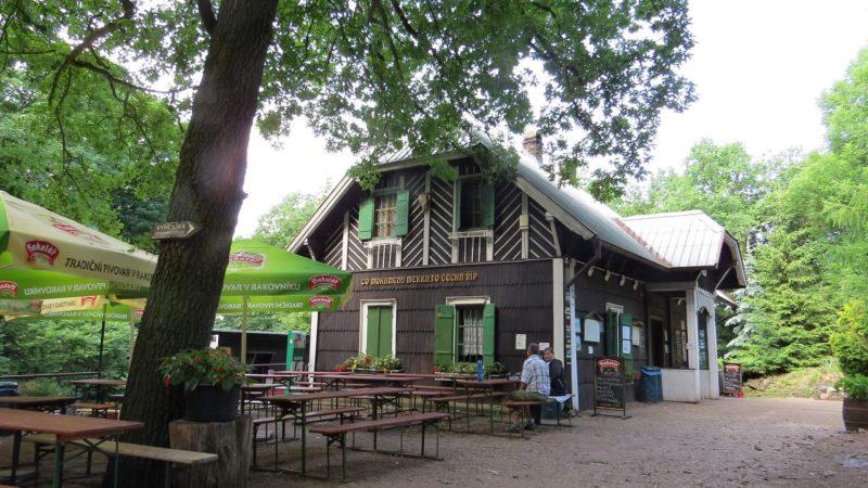 Restaurace a výletní chata kousek pod vrcholem.