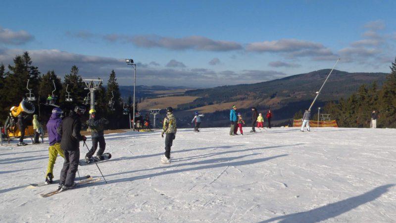 Prosluněné sjezdovky ve Ski Deštné.