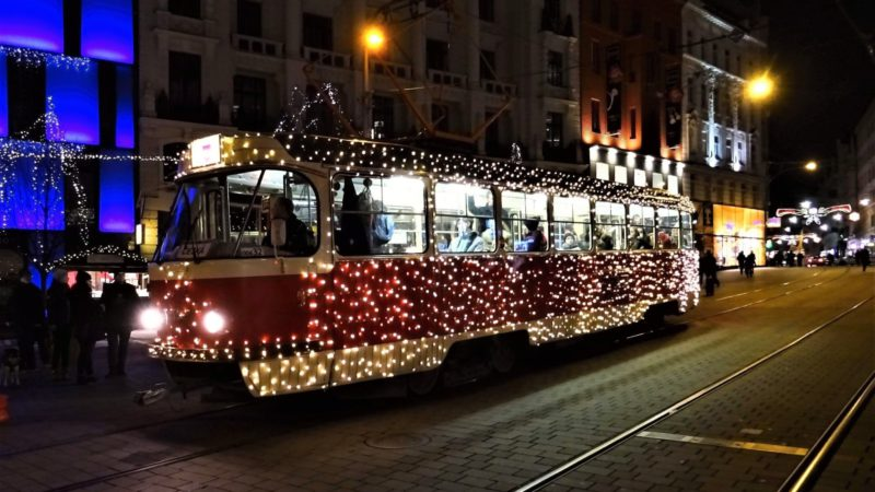 Tradiční vánoční tramvaj, která projíždí přes náměstí.