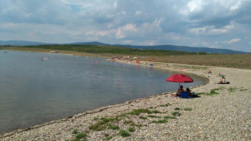 Hlavní pláž jezera Milada je dlouhá téměř 1 km