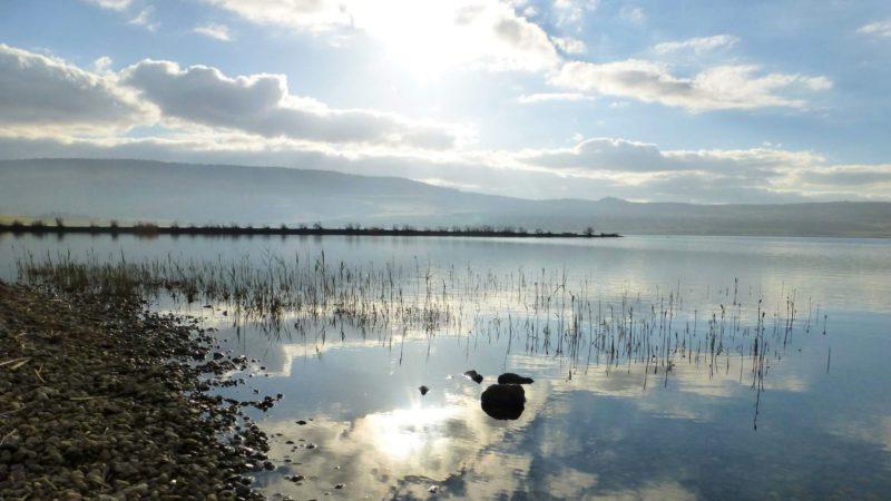 Romantické nebe nad jezerem