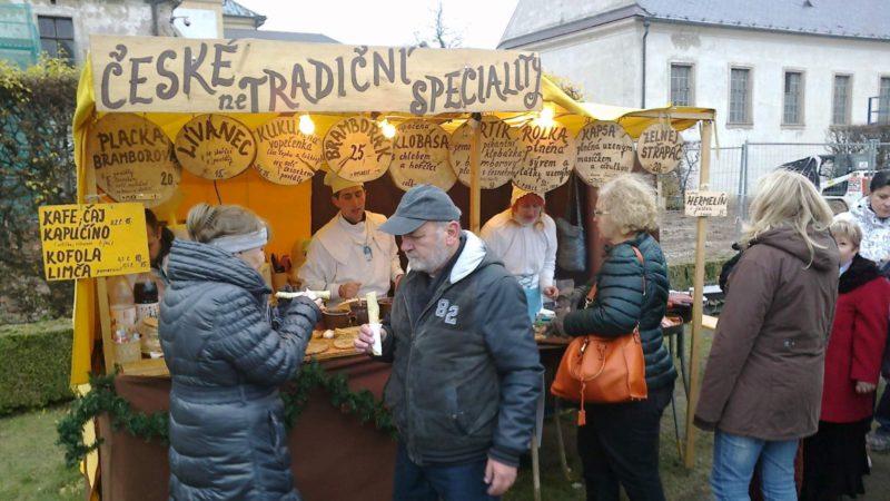 Stánky na vánočním trhu v Kuksu.