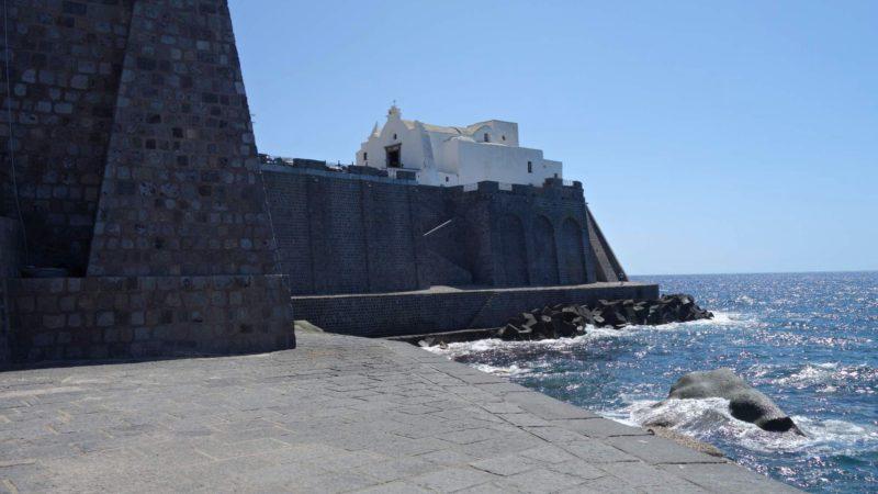 Kostel na Ischii se hrdě dme nad mořem