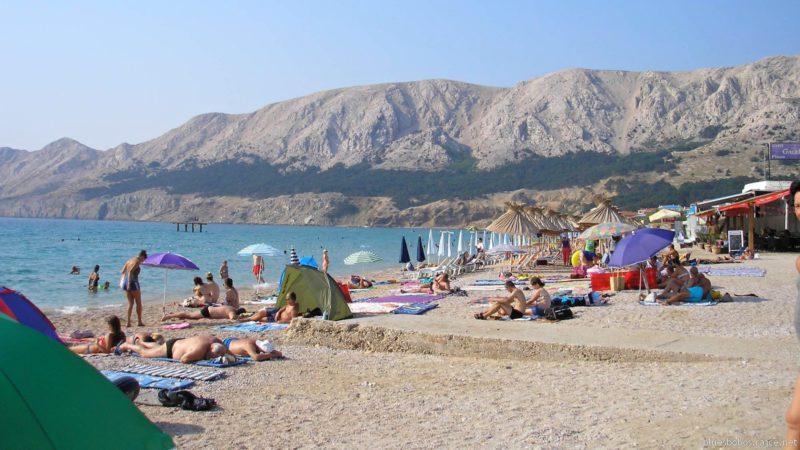 Lidé relaxují na plážích ostrova Krk