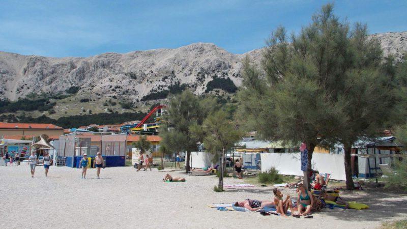 Některé pláže na ostrově jsou i písčité