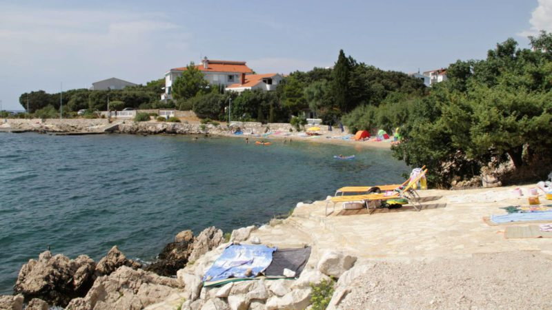 Typické koupání na ostrově Pag v Chorvatsku