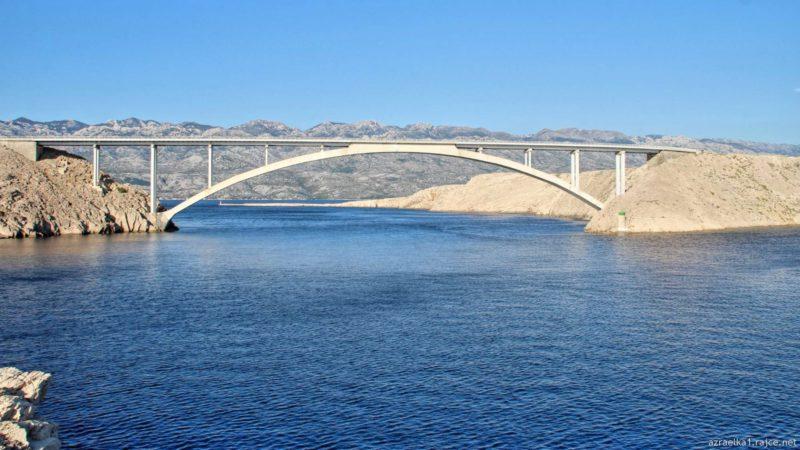 Ostrov je s pevninou spojený mostem - Pažský most