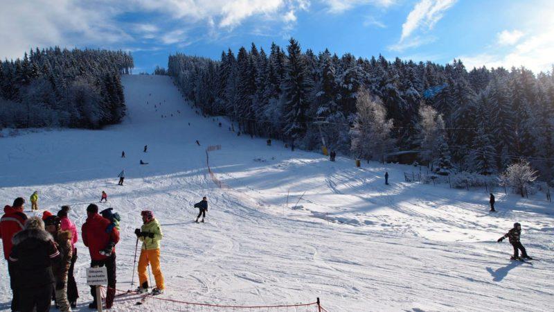 Další pohled na zasněžený kopec Staškov
