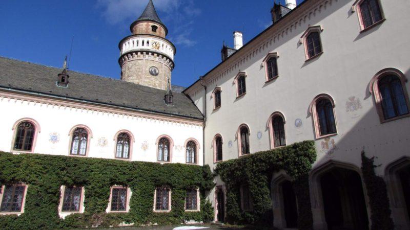 Nádvoří zámku Sychrov
