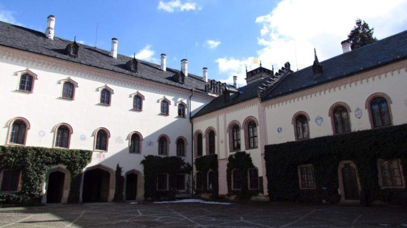 Druhý pohled na nádvoří zámku