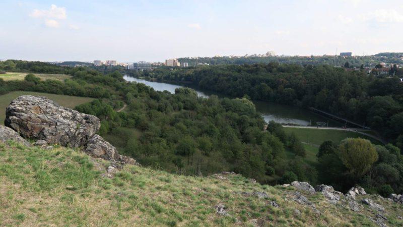 Pohled z výšky na údolí Divoké Šárky