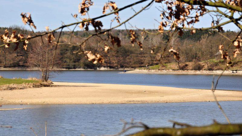 Romantika přehrady na podzim