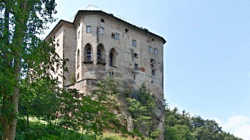 Hrad Houska je jako správný hrad na kopci