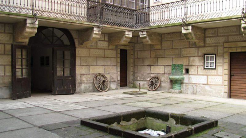 Vnitřní nádvoří hradu Houska