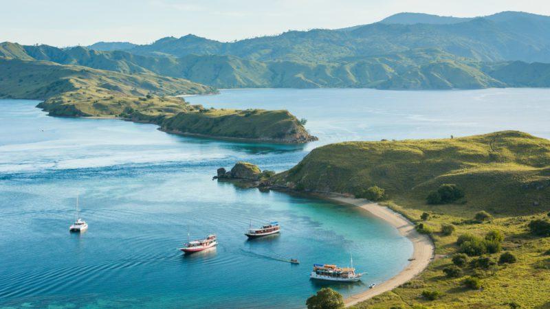 Ostrovy NP Komodo mají divoké rozeklané pobřeží.