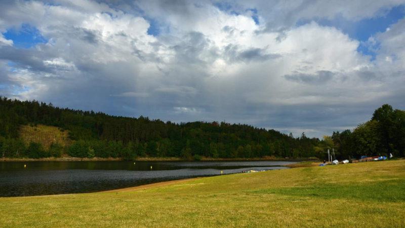 Louky kolem přehrady v létě zaplní davy turistů