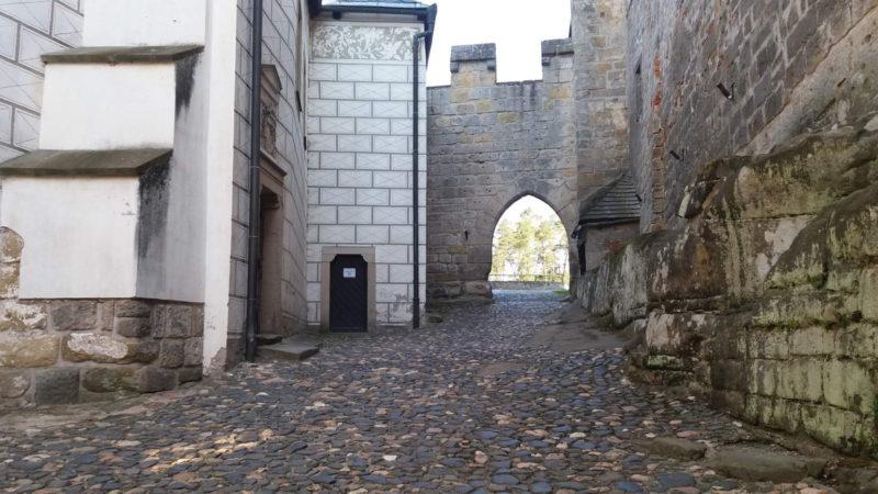 První nádvoří hradu.