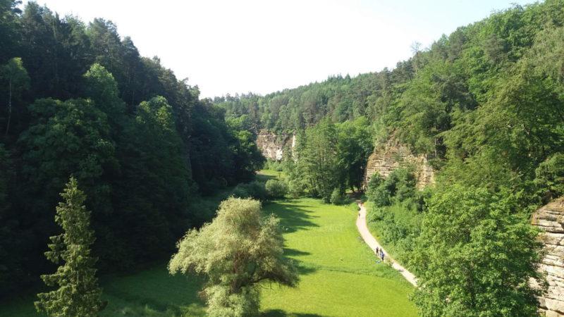 K hradu vede hned několik turistických tras krásnou přírodou Českého ráje.