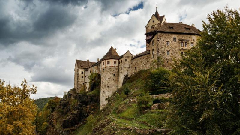 Další pohled na tento monumentální středověký hrad