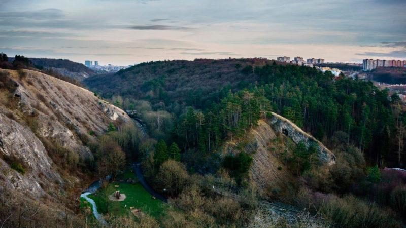 Stmívání se snáší nad Prokopským údolím.