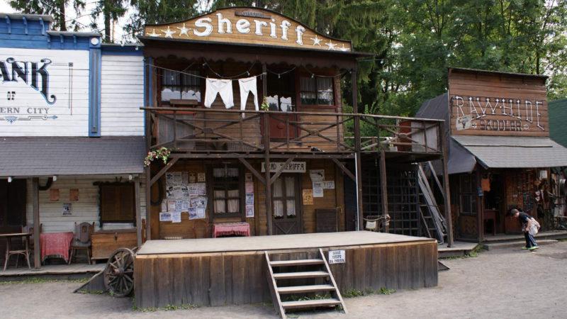 Tady je stanice šerifa a se šerifem přichází zákon