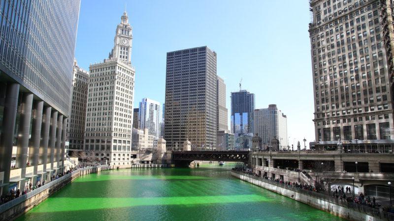 Kanály Chicaga obarvené na zeleno v den svátku