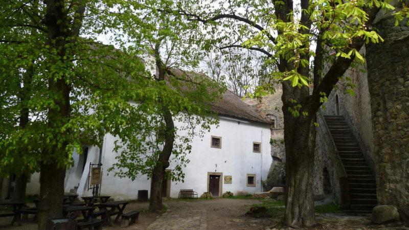 Pohled na krásné nádvoří hradu Buchlov