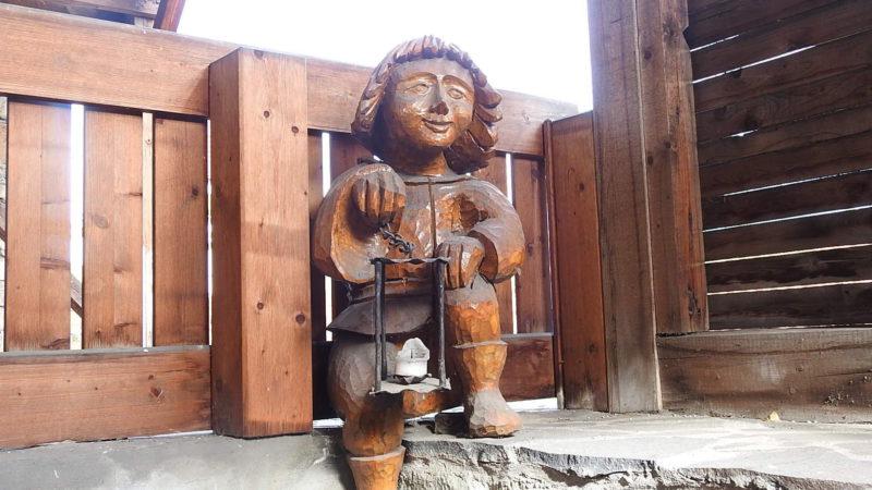 Na hradě najdete spoustu krásných vyřezávaných soch.
