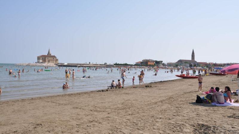 Pláž oblíbeného letoviska Caorle v Benátsku