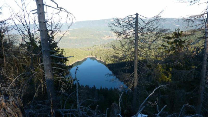 Pohled z výšky na ledovcové jezero