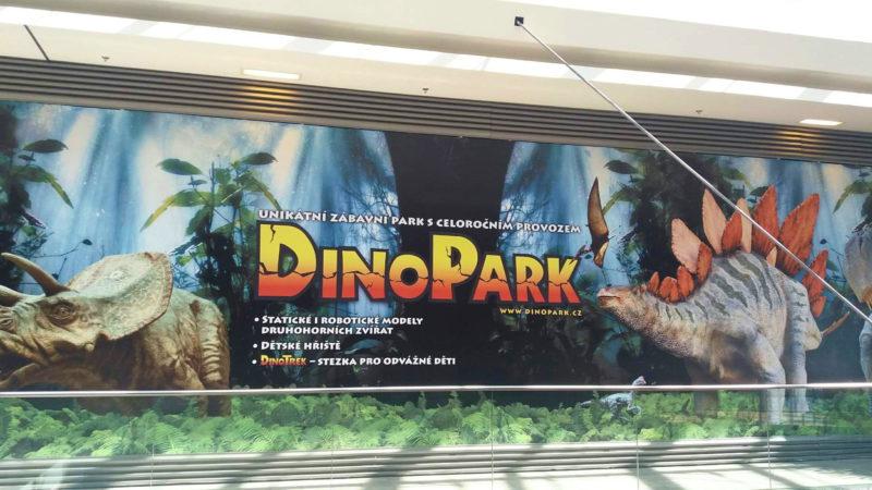 Plakát lákající na Dinopark Liberec