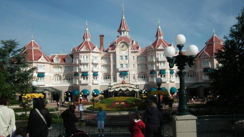 Jedna z hlavních budov Disneylandu v Paříži