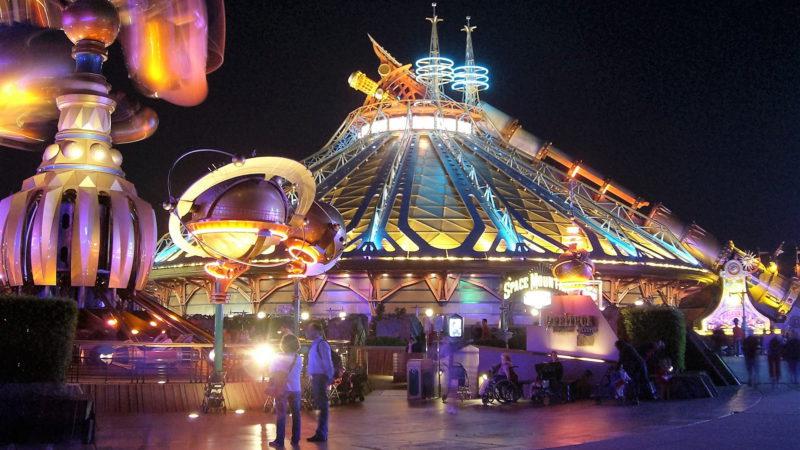 V noci se Disneyland doslova rozzáří