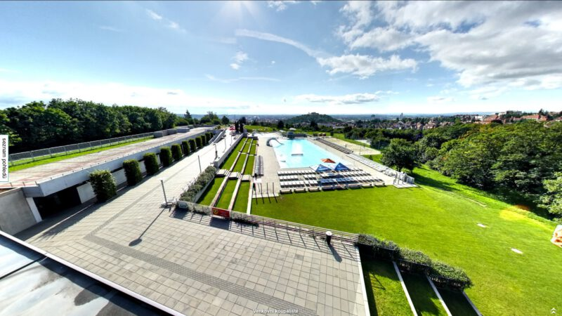 Celkový pohled na areál koupaliště v Brně na Kraví hoře