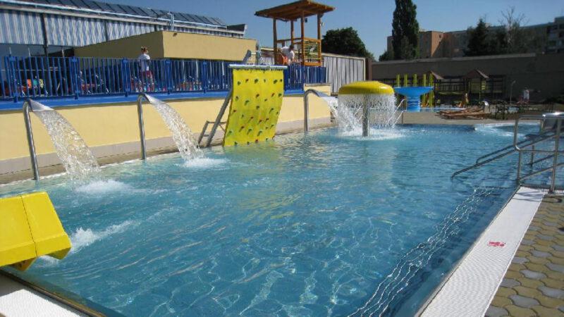 Bazén a sousední koupaliště nabízí spoustu atrakcí