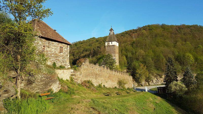 Pohled na romantické hradby hradu Hardegg