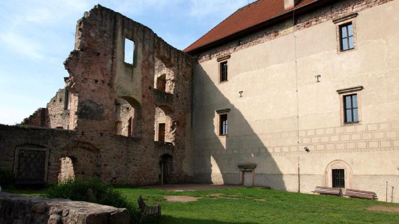 Hlavní nádvoří hradu Pecka