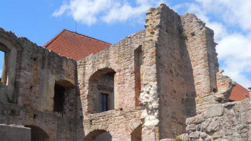 Pohled na zřícenou část hradu Pecka