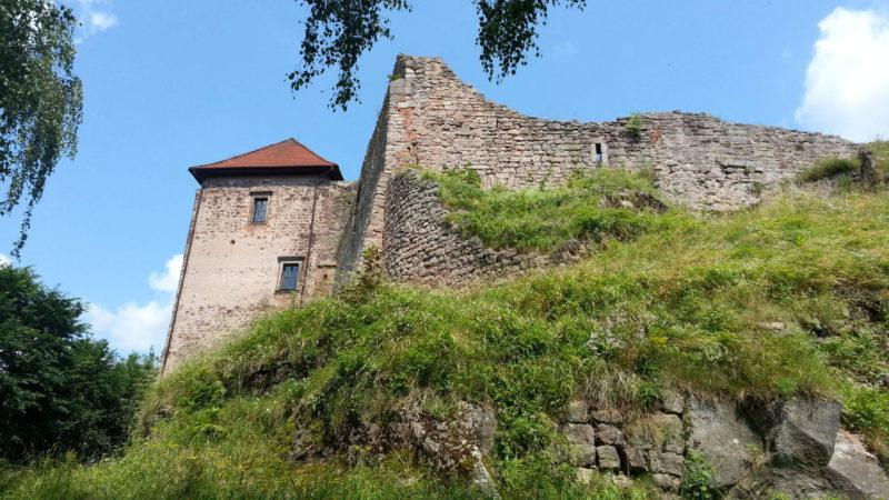 Z venku stále působí hrad majestátně