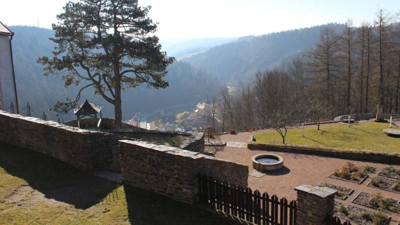 Pohled na obec Svojanov pod hradem.