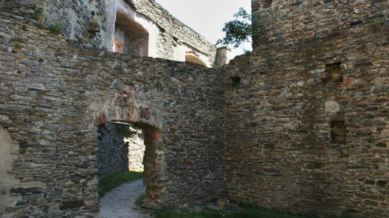 Gotické zákoutí hradu s bránou.