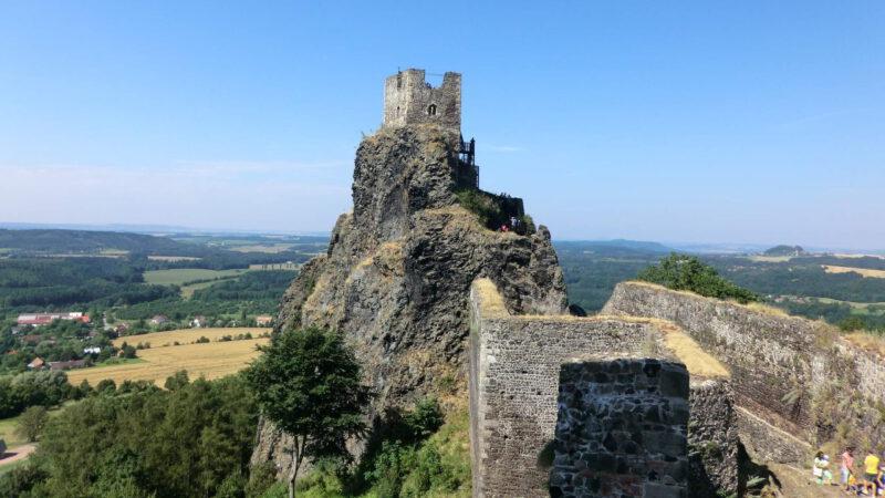 Majestátní zřícenina hradu Trosky v Českém ráji
