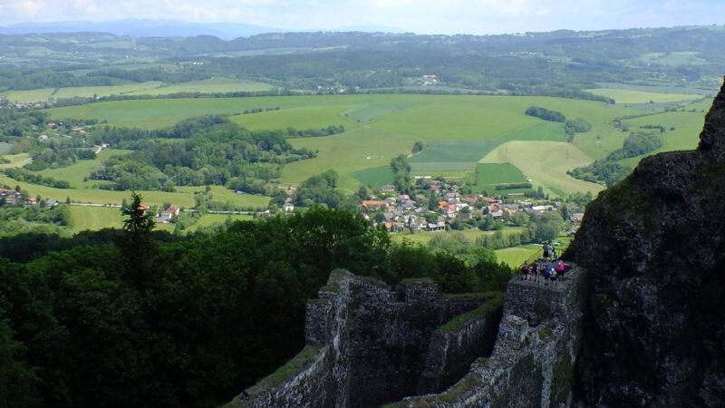 Výhled z hradu na krajinu Českého ráje protkanou cyklostezkami i turistickými trasami