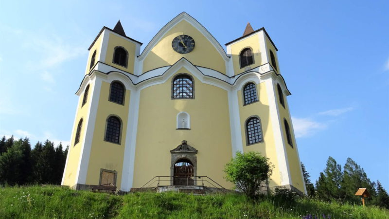 Průčelí kostela Neratov