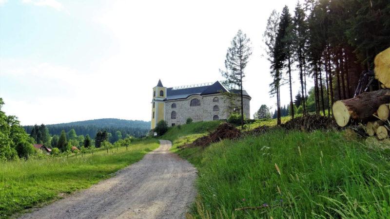 Pohled z idylické krajiny na Neratovský kostel