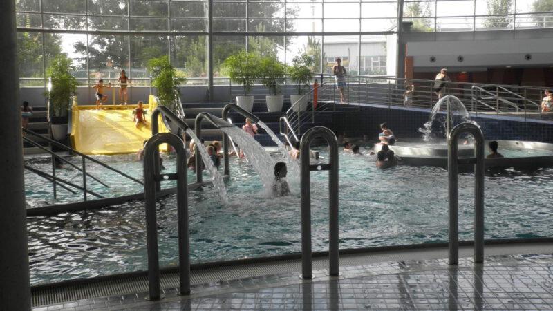 Celkový pohled na hlavní halu aquaparku