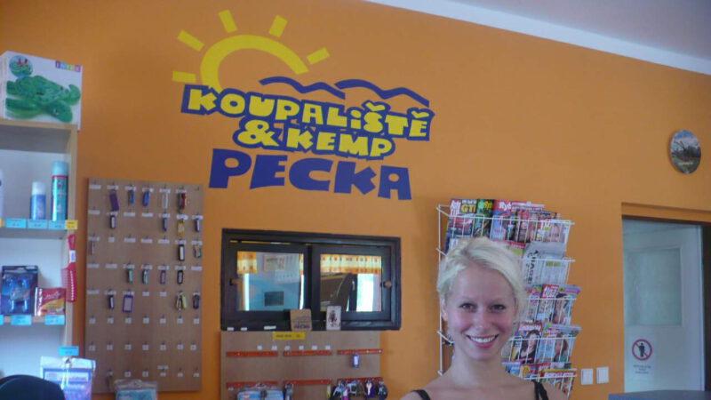 Logo v hlavní budově kempu Pecka