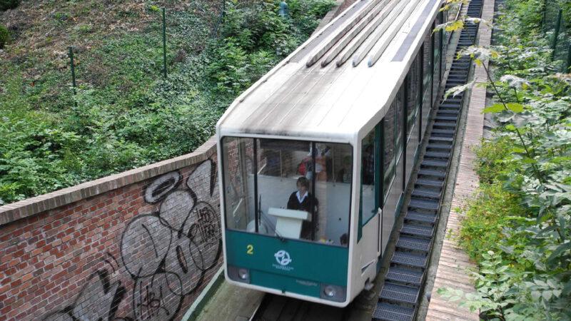 Vůz Petřínské lanovky při cestě dolů