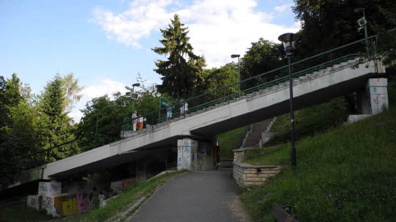 Na mostě se nachází stanice lanovky Nebozízek